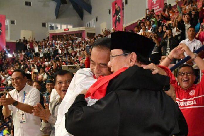 Joko Widodo dan Prabowo Berangkulan Di Arena Silat