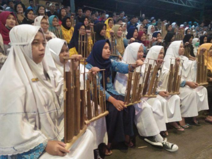 Siswa SMP Muhammadiyah 1 Simpon Bermain Angklung di Saung Angklung Udjo