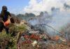 Seorang warga memadamkan api yang membakar lahan gambut dengan cara manual di Kawasan Desa Seuneubok, Aceh Barat, Aceh, Senin (7/1/2019). ANTARA FOTO/Syifa Yulinnas.