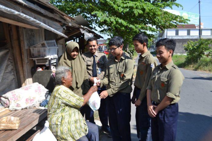 Siswa SMP Muh PK Kottabarat Berbagi