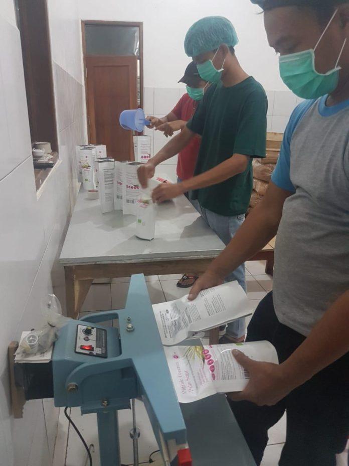 Koperasi Nira Satria yang dirintis sejak 2008 itu menyerap produk gula kristal dari 1.074 penderes gula kelapa di Banyumas. Bahkan mengharumkan nama Banyumas sebagai penghasil gula kristal organik berkualitas ke Jerman, Eropa, Amerika, dan China.