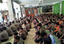 DM 1 sholat di hall at 04.07.52