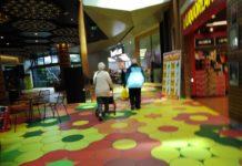 Pasangan Kakek Nenek dalam Mall
