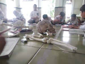Siswa sedang mengikuti pelajaran di rolling class.