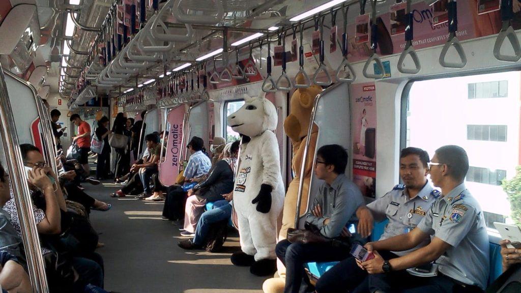 Samu dan Domu di dalam MRT