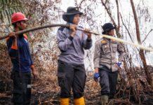 Aksi Polwan di Tengah Bahaya Kebakaran Lahan