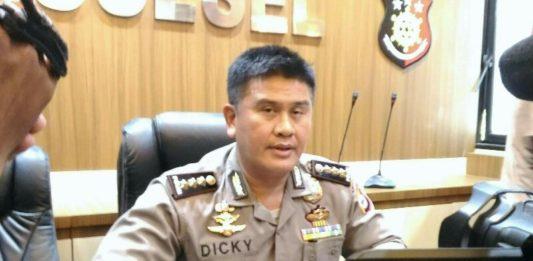 Kabid Humas Polda Sulsel Akui Isi Video Polisi Kejar Mahasiswa ke Dalam Masjid Dengan SepatuPolda Sulsel Kombes Pol Dicky Sondani
