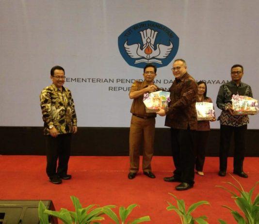 Kepala Badan Pengembangan Bahasa dan Perbukuan, Dadang Sunendar saat menyerahkan donasi buku untuk wilayah 3T (ist)