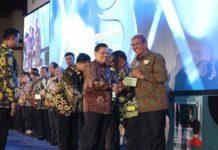 Sekjen Kemendikbud Didik Suhardi saat menyerahkan penghargaan Kihajar 2019 kepada Bupati Maluku Tenggara M Thaher Hanubun. (ist)