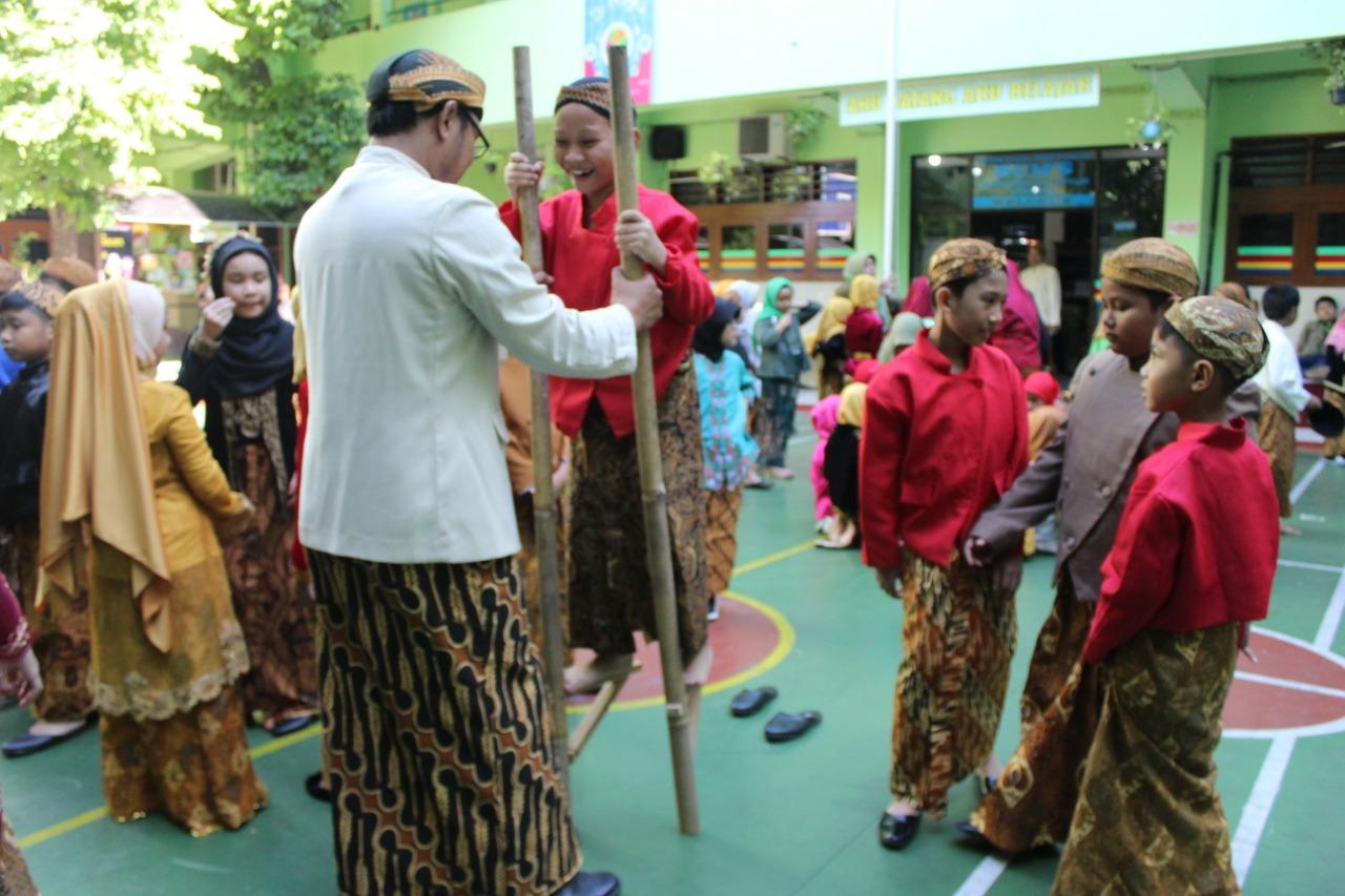 SD Muhammadiyah 1 Ketelan Lestarikan Permainan Tradisional