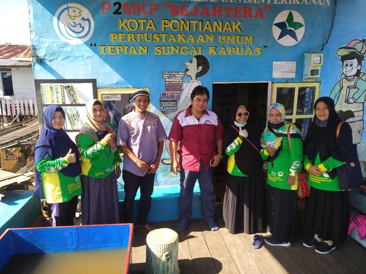 Rabu, 10  Juni 2020. Foto bersama ketua kelompok nelayan keramba ikan tepian Sungai Kapuas. Lokasi: rumah singgah nelayan keramba ikan.